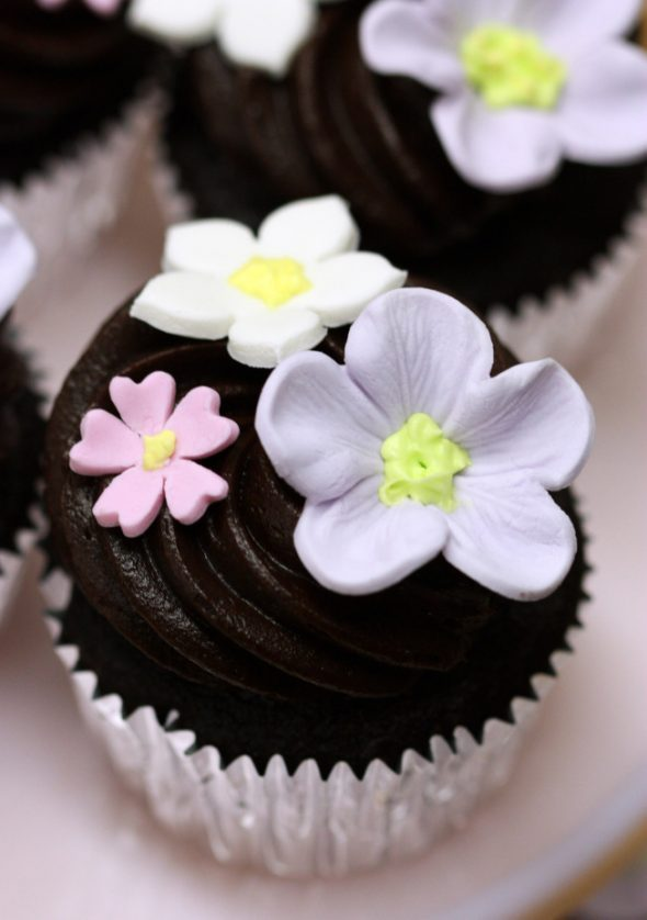 chocolate-cupcake-with-chocolate-icing-and-gumpaste-flowers-590x838