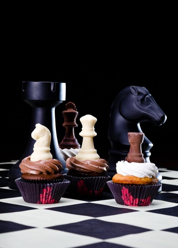 cupcakes-topped-with-chocolate-chess-pieces-733x1024