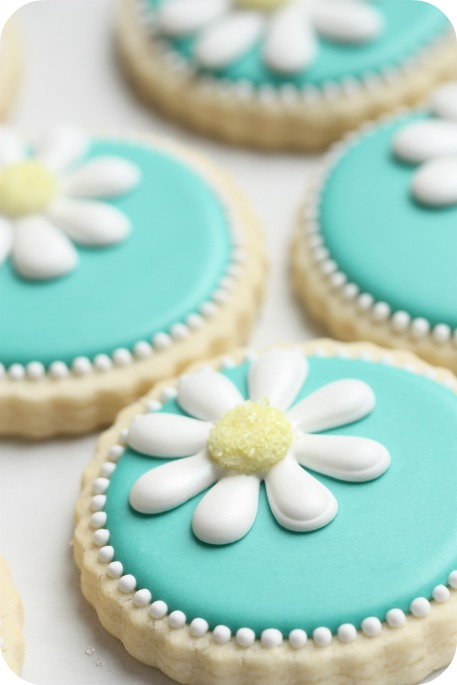 teal-daisy-decorated-cookies