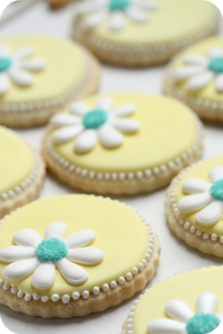 Video How to Make Daisy Cookies with a little help from a