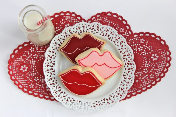 http://sweetopia.net/2012/02/video-how-to-outline-and-flood-cookies-with-royal-icing/