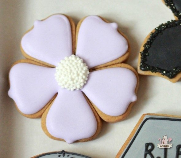 simple-halloween-flower-cookie-sweetopia1-590x517
