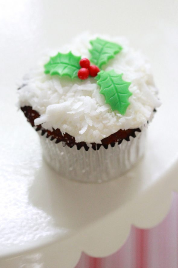 christmas-holiday-cupcakes-590x886