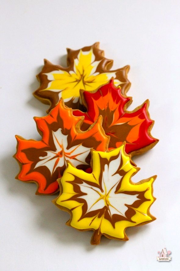 leaf-decorated-cookies-_-sweetopia