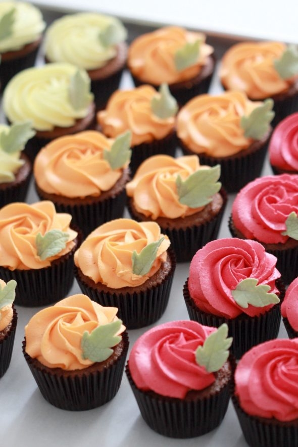 pumpkin-cupcakes-with-vanilla-frosting_sweetopia