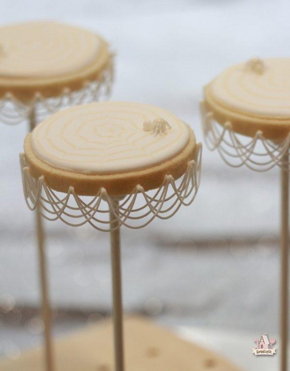 royal-icing-stringwork-spiderweb-cookies-_-sweetopia