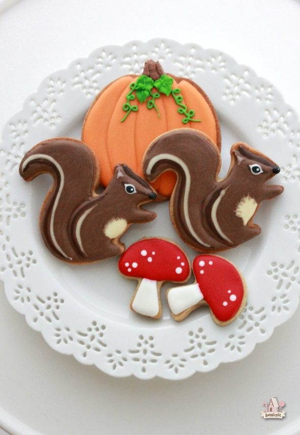 squirrel-decorated-cookie-video-tutorial-_-sweetopia-590x854