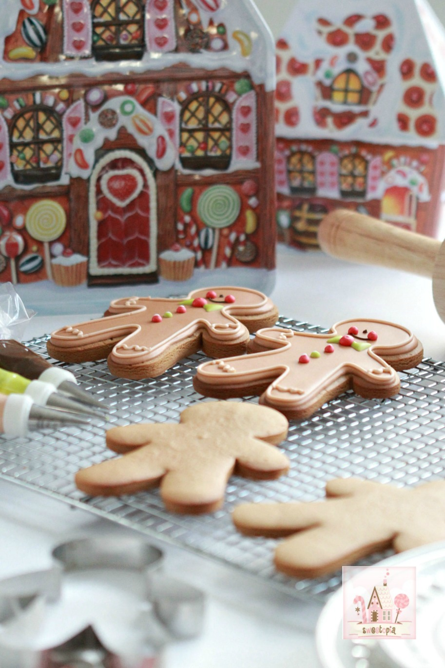 decorating-gingerbread-cookies-_-sweetopia