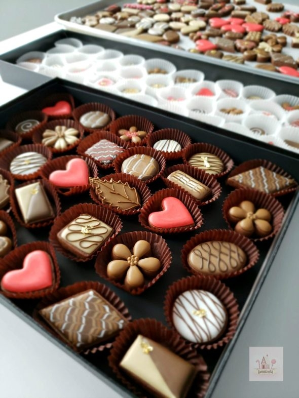 How to Decorate Simple Chocolate Box Cookies