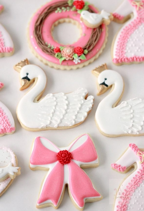 Video How-To Decorating Swan Wreath and Dress Cookies