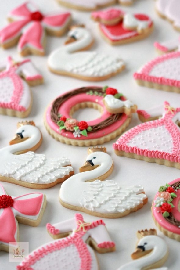 Video Tutorial Dress Swan and Wreath Decorated Cookies